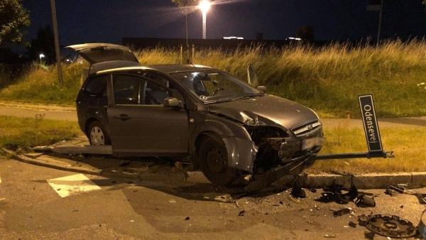 Bil kørte ind i lygtepæl: To personer løb fra stedet med en kasse øl