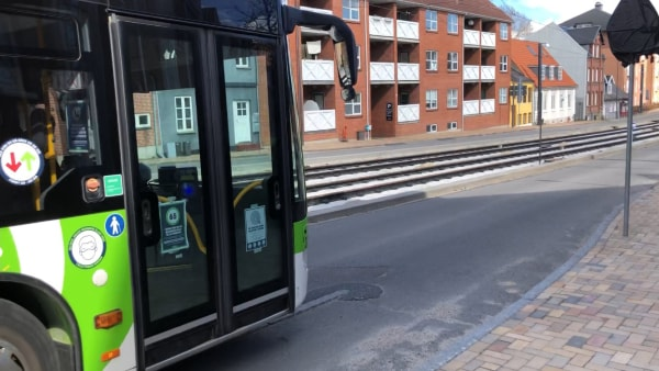 Kritik af endnu en letbane-vej uden cykelsti: Må ud      mellem biler, busser og lastbiler på travl indfaldsvej
