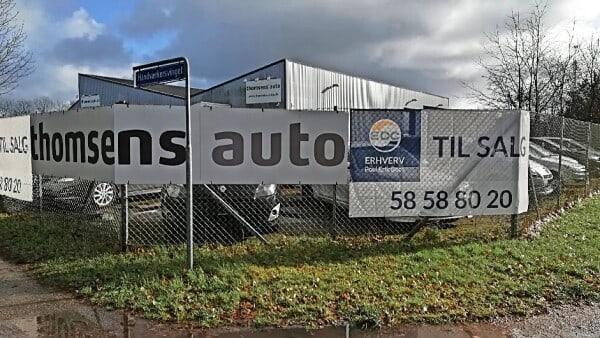 Stor brugtvognsforhandler sætter bygning til salg