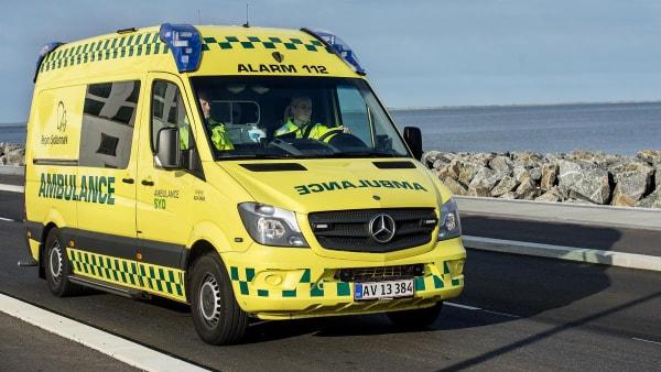De yder førstehjælp, mens ambulancen er undervejs...