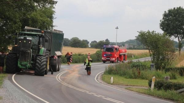 Flere hundrede meter vej spærret: Traktor lækkede hydraulikolie