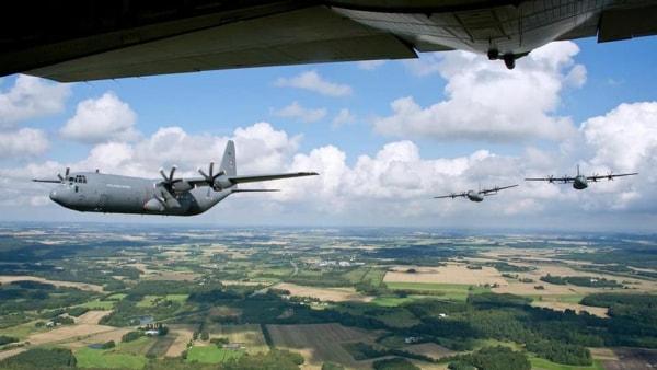 Forsvarets kæmpe arbejdshest flyver fredag lavt over...