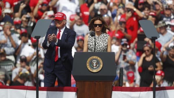 Trods virussmitte fortsætter Trump store vælgermøder