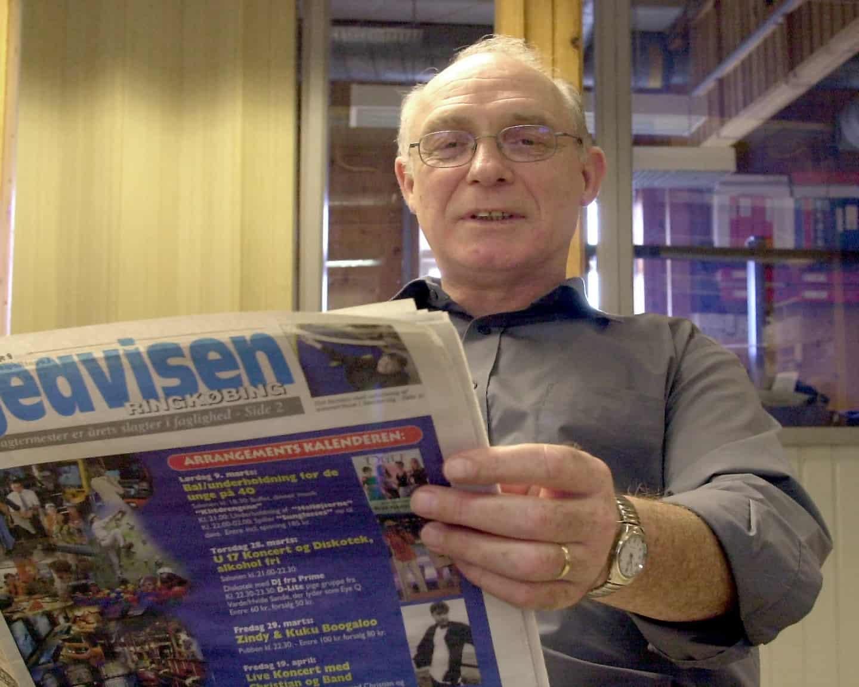 """7aca9f5b5a2 Erik Faurholdt med et eksemplar af """"Ugeavisen Ringkøbing"""", som bliver  udgivet af Dagbladet Ringkøbing-Skjern og produceret i bladhuset på St.  Blichersvej."""
