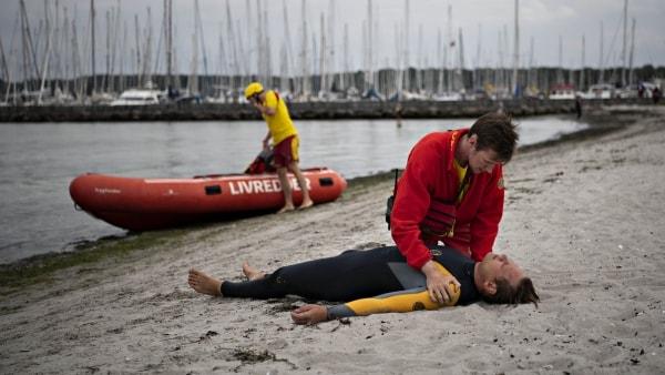 Sådan arbejder en livredder: Philip og Nikolaj bruger sommeren på at holde de danske strande sikre