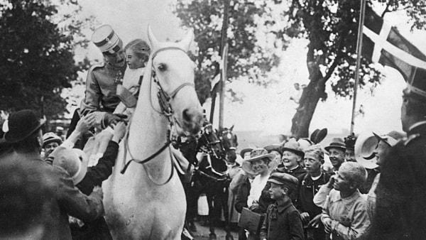 Pigen på kongens hvide hest endte sine dage...
