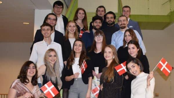 Studerende fra 11 lande har afsluttet uddannelse i...