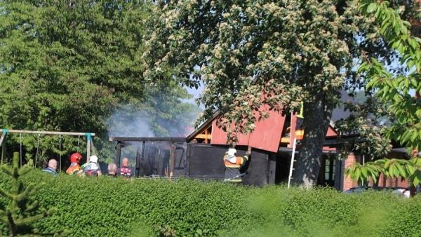 Meterhøje flammer på gammel skole: Forbipasserende var i gang med haveslangen